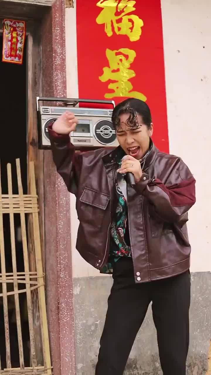 泡面刘海收音机,狂野舞步皮夹克,有没有觉得她像一个人?