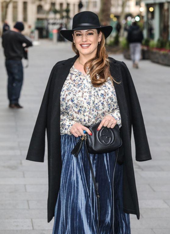 凯莉·布鲁克穿印花上衣搭蓝色长裙,披黑风衣气质好!
