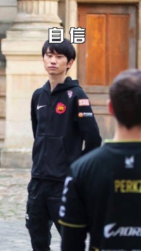 从去年的照片里找到刘青松的伤口开撕