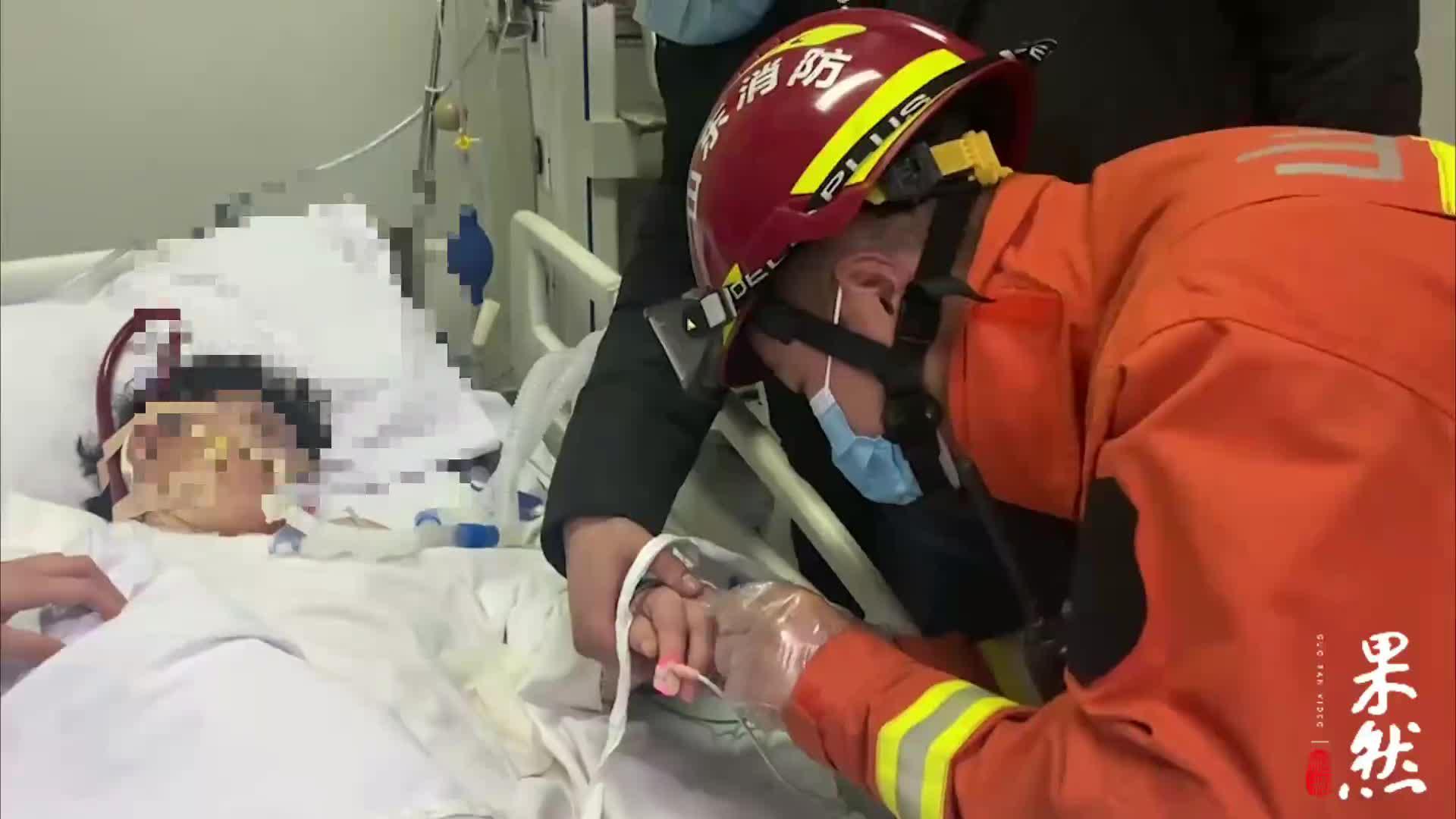 果然视频丨聊城一病人因浮肿致戒指卡手,消防员帮忙