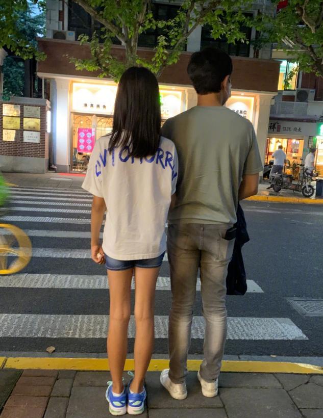 佟大为替女儿缝破洞裤遭嫌弃?老父亲操碎心,老婆却调侃手艺不行