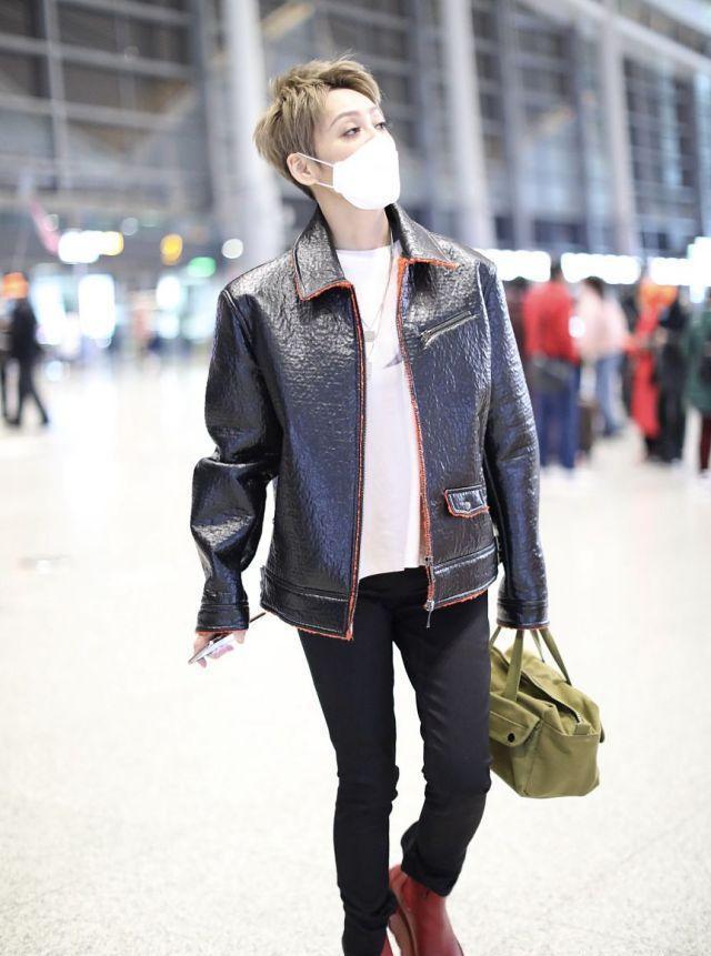 宁静穿皮衣搭配红色厚底靴,潇洒迷人,像个帅气的追风少年!