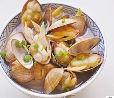 蛤蜊不用炒,放入水中煮,只加盐一种调味料,肥嫩多汁