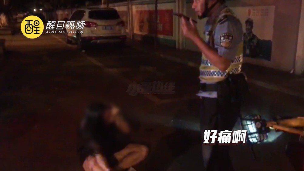女子醉酒骑电动车 意外摔伤自己