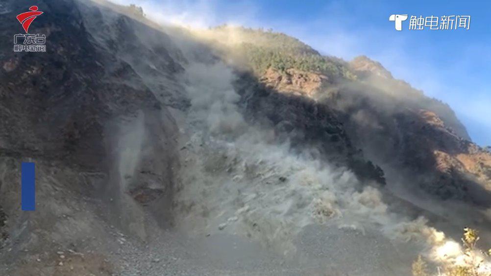 四川甘孜州发生山体滑坡:滚石持续崩落……