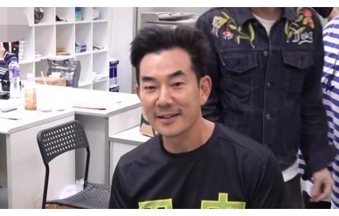 54岁任贤齐晒寸头造型像变脸,皮肤粗糙老态明显,网友:像悍匪