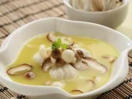 春季美食推荐:香椿素菜卷、木耳炒云南小瓜、洋葱爆猪肚的做法
