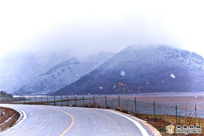 雪中的纳帕海如诗如画