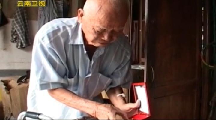 记者探访缅甸的远征军老兵,老兵拿出珍藏的勋章,道出背后的辛酸