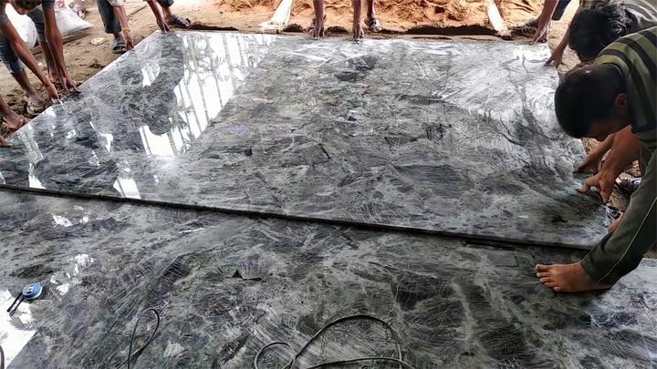印度铺2.7米地板砖的过程,6个人才能铺一块,铺到啥时候?