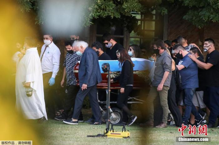 马拉多纳遗体告别仪式举行 葬于父母坟墓旁