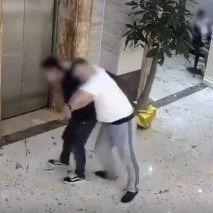 惊险!两男子醉酒误撞开电梯门,双双跌入电梯井(视频)