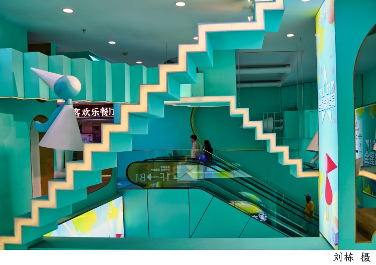"""上海交大安泰学者:门店的""""新衣""""见证新零售转型,在线零售红利见顶,门店的作用又被重新定义"""
