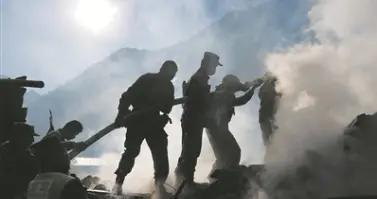 西藏军区川藏兵站部官兵在任务途中英勇救火护藏家村寨平安