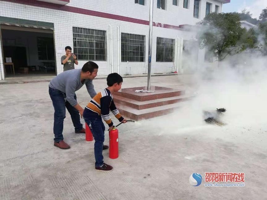 洞口县黄桥镇石背小学举行消防安全演练活动
