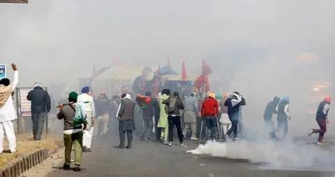 印度农民进军首都反对新法 警方拟用体育场拘留抗议人士