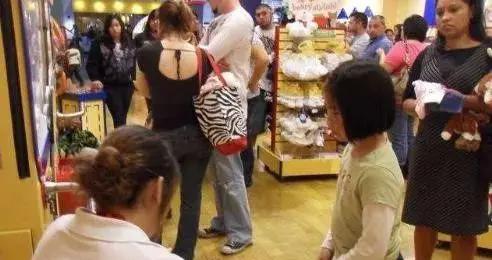 """""""我不买了,妈妈别打了"""",6岁女儿跪地求饶,失控的家长多可怕?"""