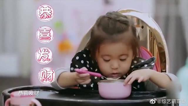波妞在餐桌上撩爸爸~ 修杰楷配合她表演,这场面真是太搞笑了!