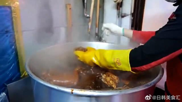 韩国街头小贩卤猪蹄,满满一大桶软烂脱骨,吃法太讲究
