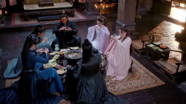 《狼殿下》这剧太时髦了,众人围在一起吃火锅…………