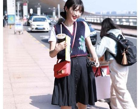 李菲儿最新机场私服,针织背心搭配白色T恤,学院风穿搭好乖!