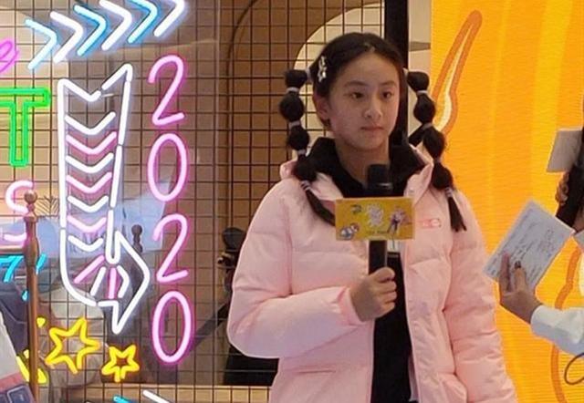 森碟变丑了?出席发布会的造型被吐槽,网友:像田亮戴了个假发!