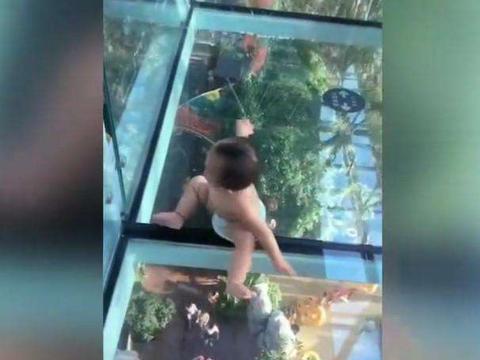 男子带着小宝宝走玻璃栈道, 没想到小宝宝却做出了这样反应