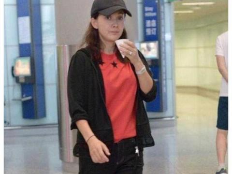 47岁的牛莉素颜现身机场,红黑搭配的休闲服,这样也能很时尚!