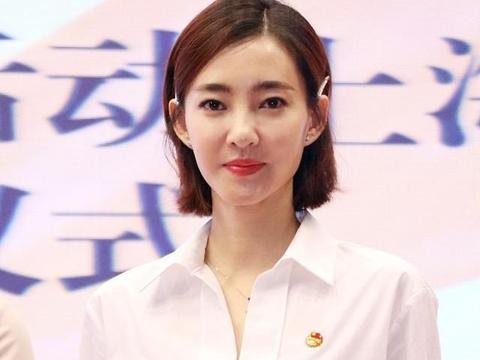 """王丽坤出席活动,白衬衫配蓝长裙真优雅,不愧是""""素颜女神"""""""