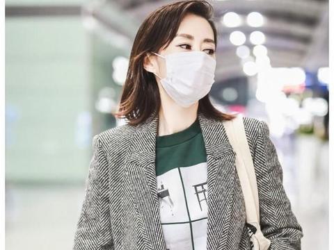 刘敏涛火了之后,走机场从不素颜了,眉毛都是精心画过的!