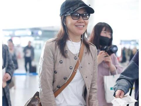 """闫妮""""大胆""""素颜走机场,穿杏色皮衣配牛仔裤,状态看不出49岁"""