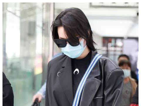 """军嫂张馨予机场大秀美腿,现在都流行""""打底裤""""外穿了吗?"""