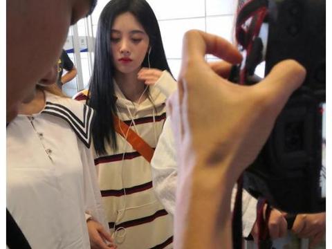 鞠婧祎现身机场,5cm短裙露出白皙美腿,犹如仙女下凡一样美