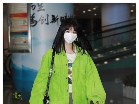 李菲儿最新机场私服,荧光绿夹克搭配拖地长裤,不费力就赢很大