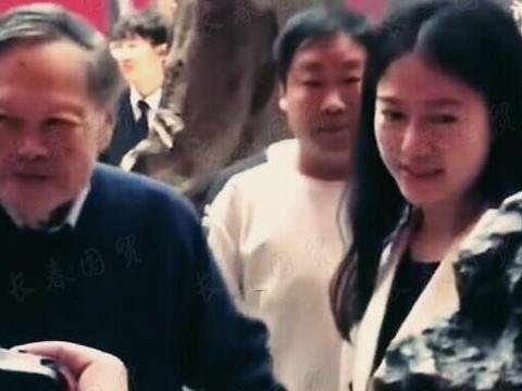 98岁杨振宁带娇妻参加活动,十指紧扣细节似小情侣,翁帆却很害羞