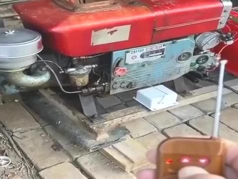 单缸柴油拖拉机,硬是被小伙改成了一键启动,真是厉害了