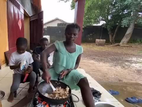 给非洲小朋友吃冬瓜炖肉, 再配上粉条简直太香了