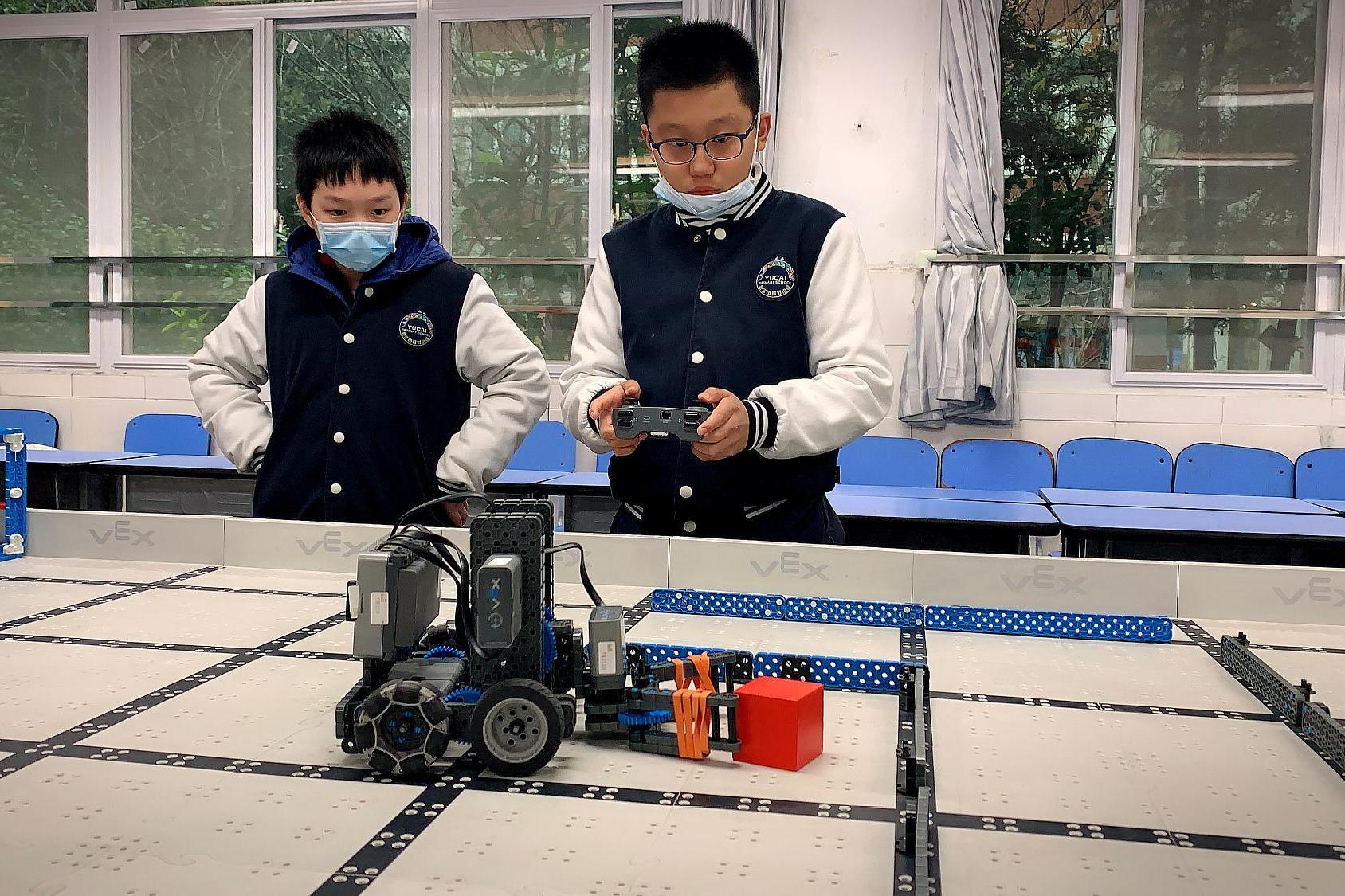 武汉市江岸区,开展机器人进校园活动,200多名选手比拼