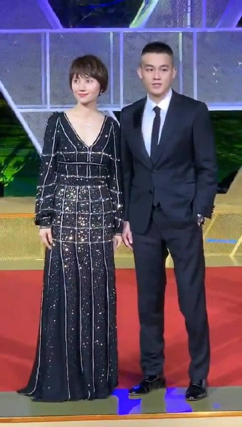 袁泉、欧豪同框亮相金鸡奖红毯 温柔的乘务长和帅气的副机长…………