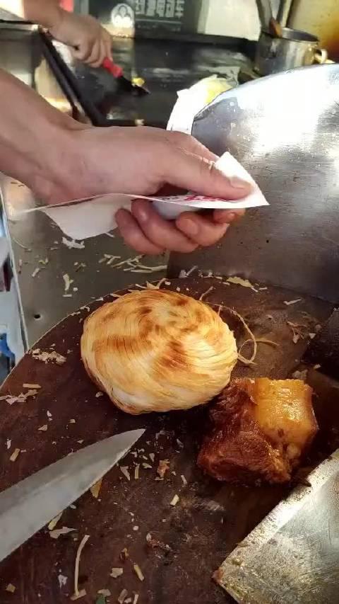 这种烧饼做出来的肉夹馍特别好吃