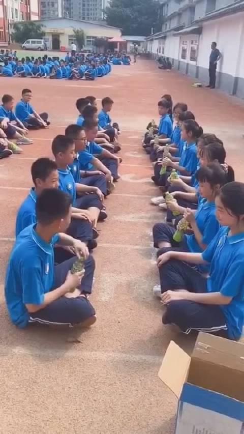 军训期间做游戏,只有一个小男孩把绿茶拿走…………