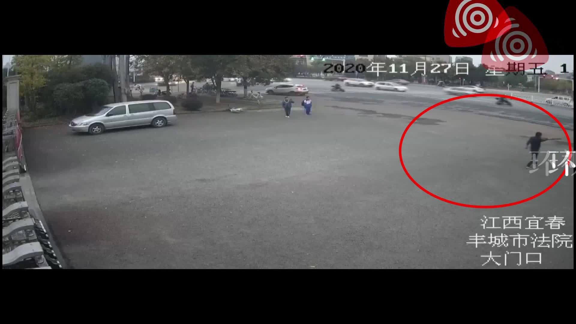 自投罗网?持刀凶徒在公安干警追逃下窜入法院,被一拥而上制服