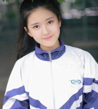 """赵露思自认上学时是""""校花"""",看到她15岁校服照,果然天生丽质"""
