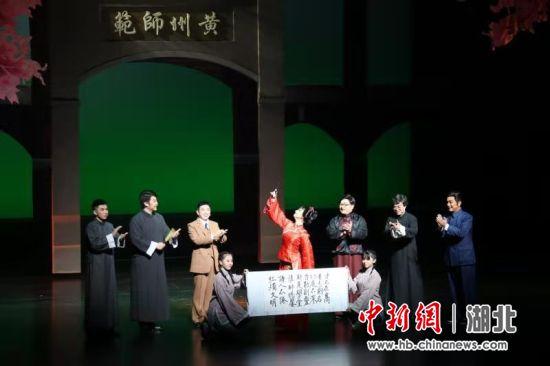 黄冈师范学院原创黄梅戏音乐剧《霜天红烛》首演