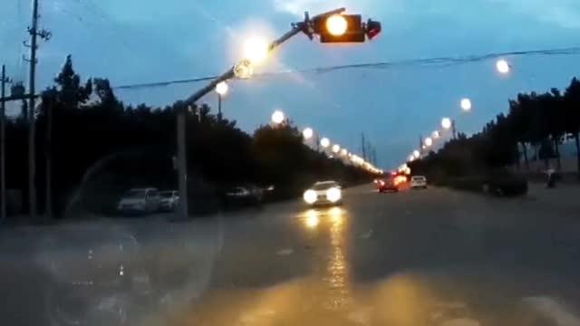 不要抢黄灯,当注意力集中于抢灯通行时…………