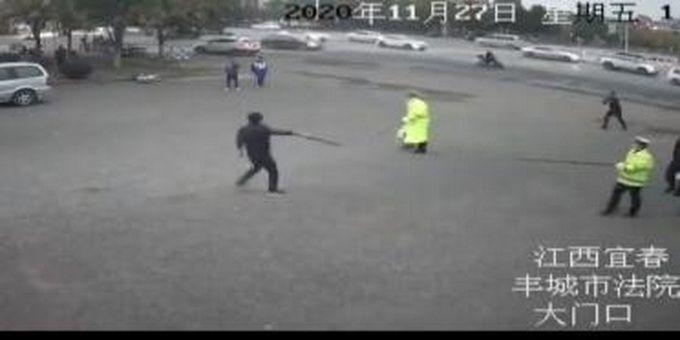 持刀凶徒在干警追逃下窜入法院,法警加入制服,网友:自投罗网