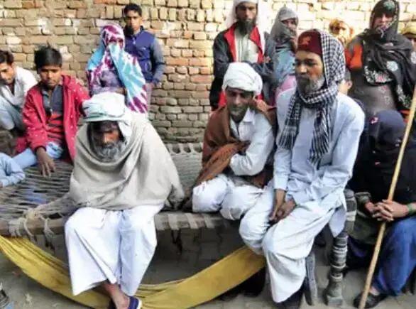村民在事发地外 图源:印媒