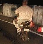 妈妈带着3岁女儿赶路回家,交警拦下后一个举动暖化了…