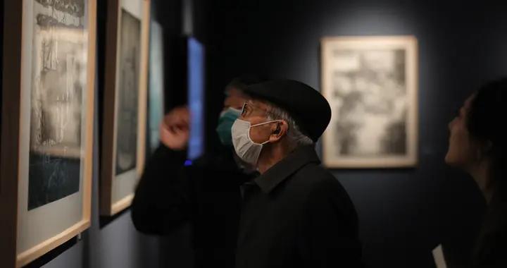 """86岁靳尚谊逛版画展,勉励青年艺术家""""认真从事自己的专业"""""""