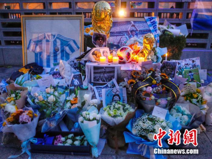 中国球迷悼念马拉多纳:那时,我爱他飘逸的长发图片